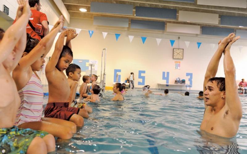 Si sabes nadar ¿qué esperas para enseñar a los demás y ganar dinero extra?